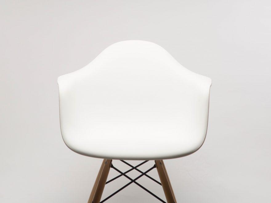 Få en flot og funktionel stue med de populære stole fra Hay